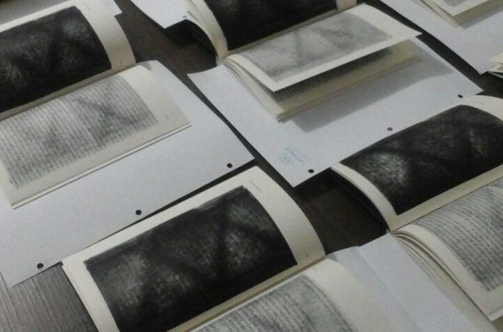 La historia detrás del libro Niebla en la yarda ¿Por qué las últimas 50 páginas están pintadas de negro?
